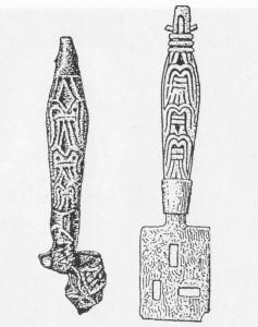 Ornerade bronsskaft till nycklar för vikingatida bultlås. Det perforerade axet är av järn. Skaftet till höger är från Birka och skaftet till vänster kommer från Kyrksundet. Om du ser noga efter så hittar du falken som inspirerat vikingacentrets logo!